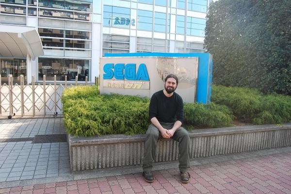 Daniel em frente a um dos prédios da SEGA.