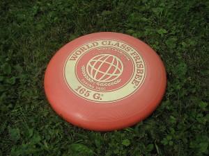 Um Frisbee fabricado pela Wham-O