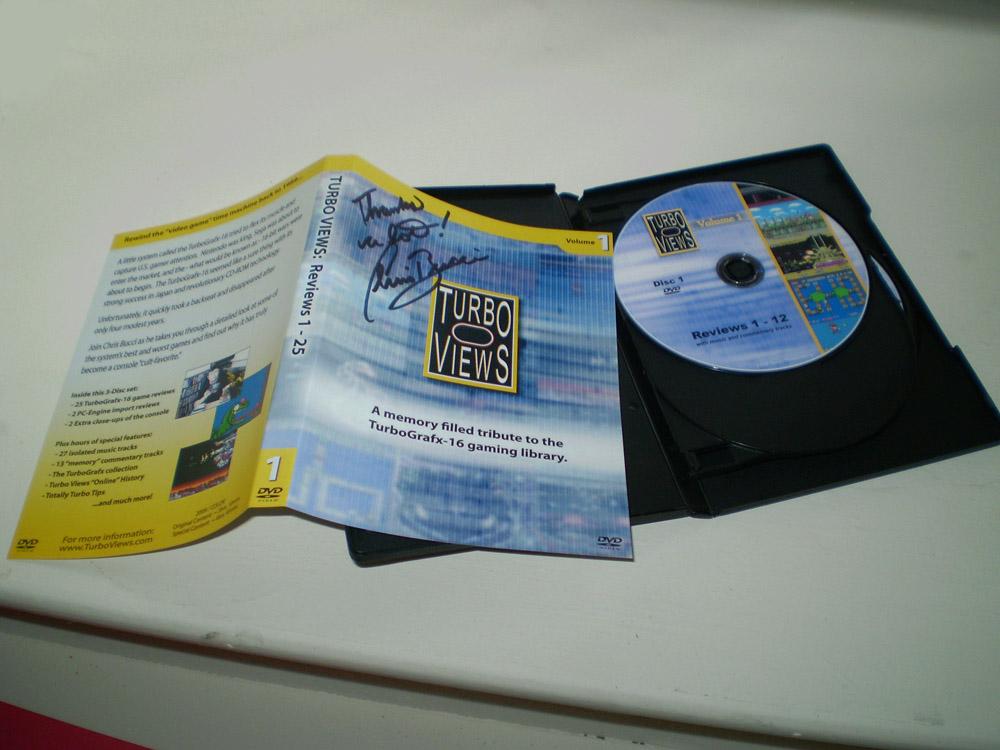 Para quem não conhece o Turbo Views, o lance é o seguinte: o Chris Bucci comprou um Turbografx no início dos anos 90, uns dois anos depois do console ter sido lançado nos Estados Unidos. Acontece que o console não fez muito sucesso por lá, então ele conseguiu comprar vários jogos a preço de banana em saldões. Quando se deu conta, Chris já tinha quase todos os jogos lançados para o console nos Estados Unidos. Para fechar a conta, decidiu comprar logo o que faltava, e num ataque de nostalgia voltou a jogar tudo, fazendo análises em vídeo que se transformaram no programa Turbo Views.